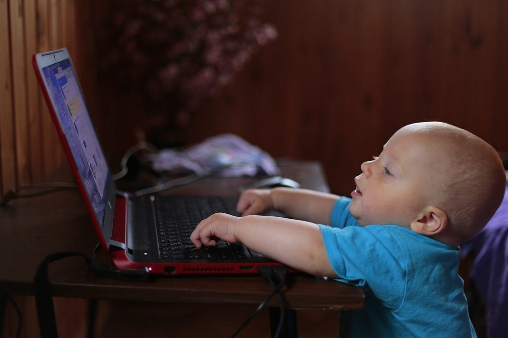 看電腦的嬰兒