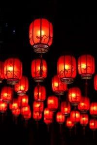 漢明帝燃燈表佛,也有說法是,漢明帝篤信佛法,聽從蔡愔的建言,敕命正月十五夜,在宮內「燃燈表佛」,從此民眾效仿,皆點燈供奉佛祖。東漢末年,元宵節作為節日才正式初步形成。